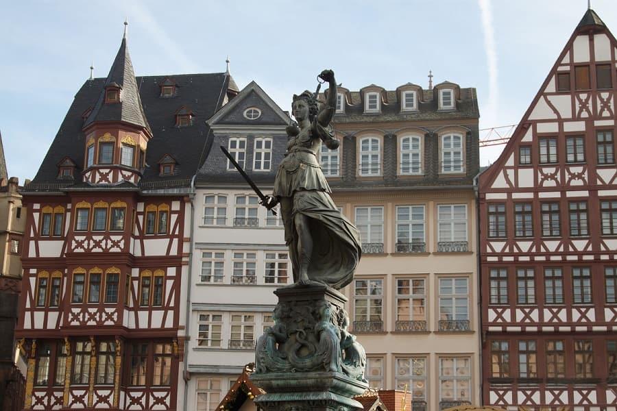 Экскурсионные туры в Германию. Франкфурт. Статуя правосудия