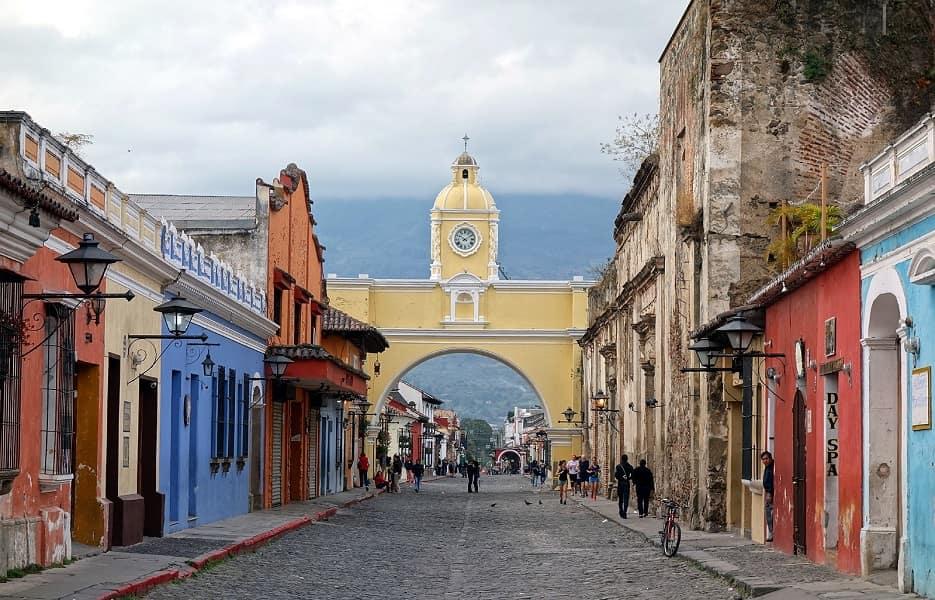 Групповые туры в Гватемалу. Антигуа. Улица города фото