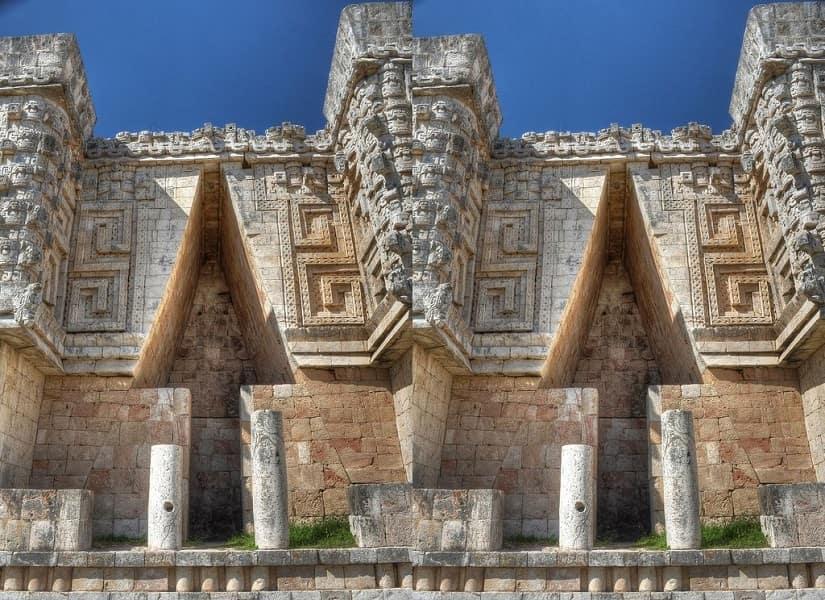 Групповые туры в Мексику. Ушмаль. Фрагмент пирамиды