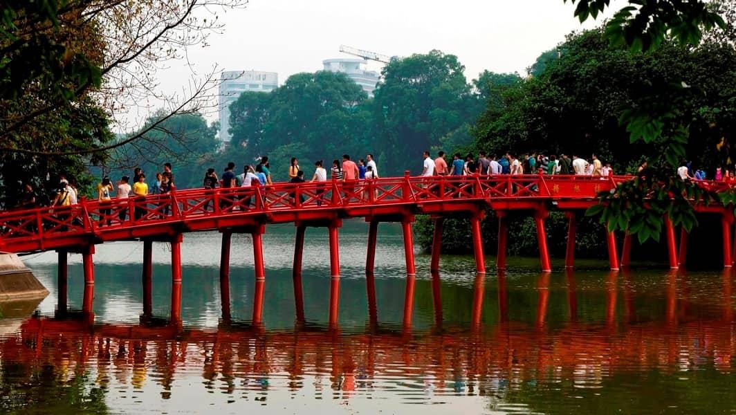 Групповые туры во Вьетнам. Ханой. Мост на озере