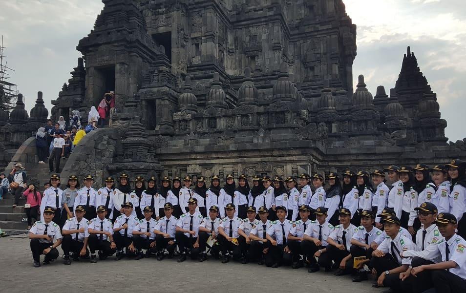 Отдых на Острове Ява. Индонезийские курсанты в Прамбанане