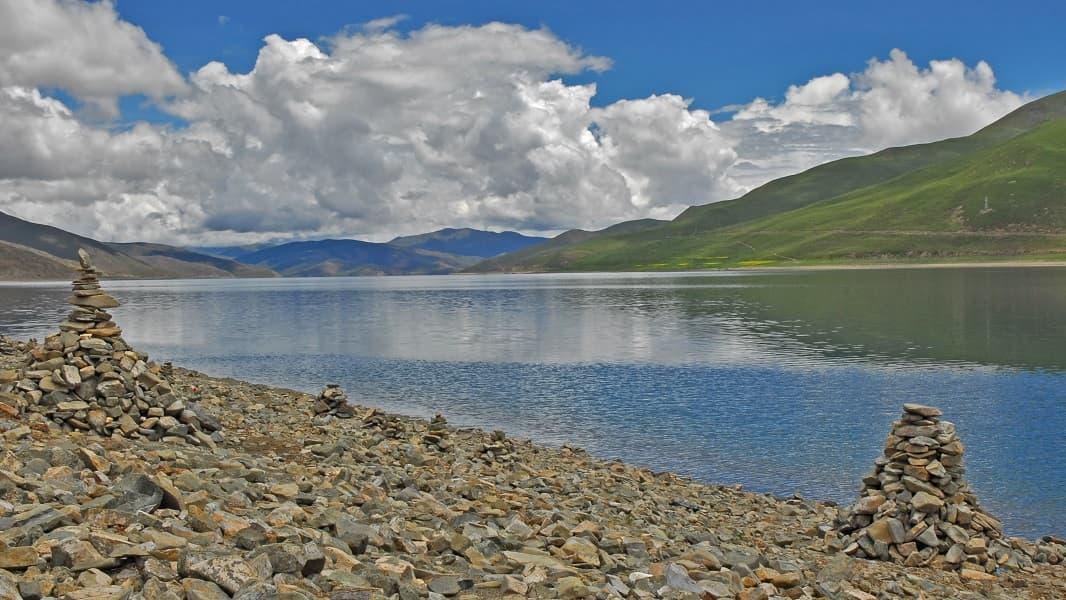 Отдых в Тибете. Озеро Ямдрок. Берег