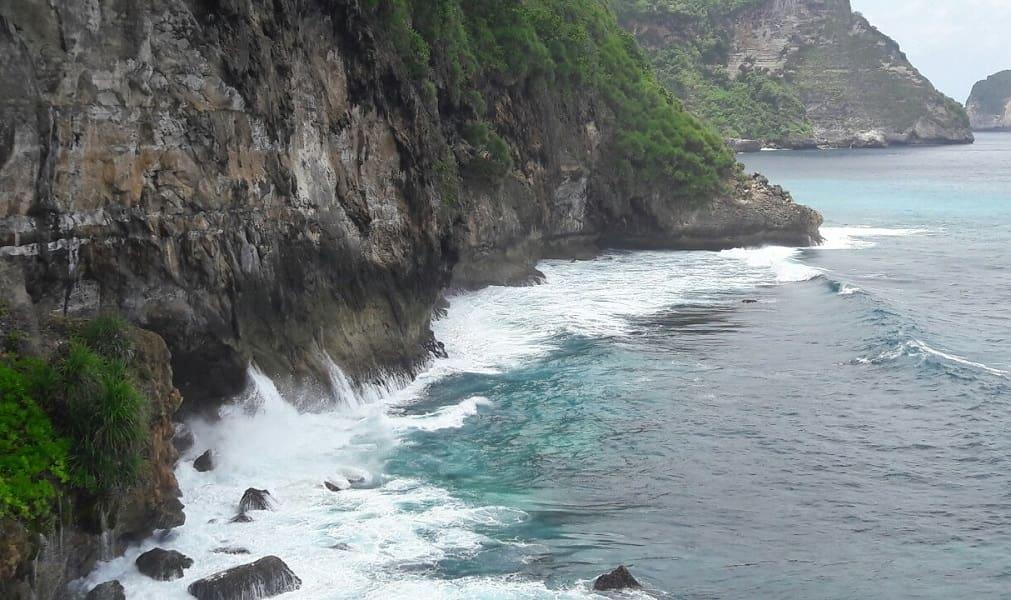 Туры в Индонезию. Скалы на острове Нуса Пенида