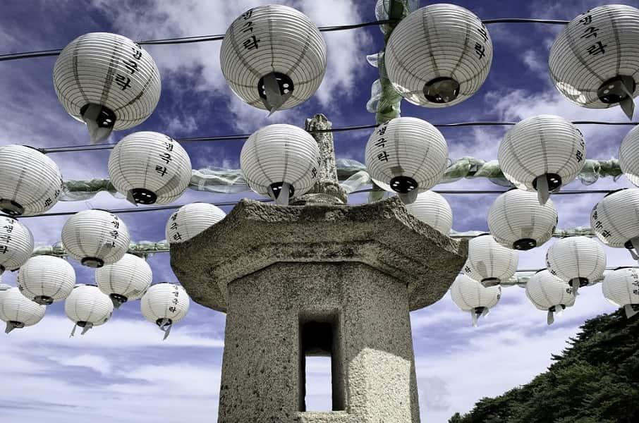 Туры в Корею от туроператора. Кенджу. Грот Соккурам. Фонари
