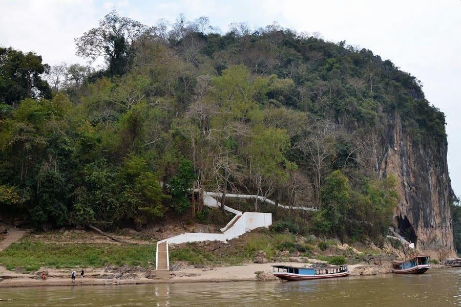 Туры в Лаос. Пещера Пак У с противоположной стороны Меконга