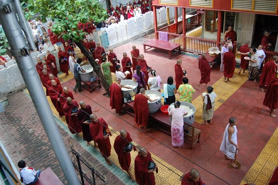Туры в Мьянму. Амарапура. Обед в монастыре Махагандайон
