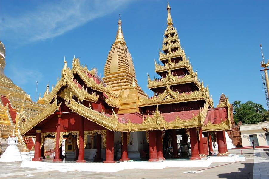 Туры в Мьянму. Баган. Территория пагоды Швезигон фото