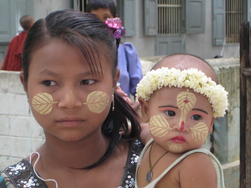 Туры в Мьянму. Бирманская девушка с ребенком