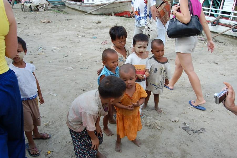 Туры в Мьянму. Бирманские дети на пристани