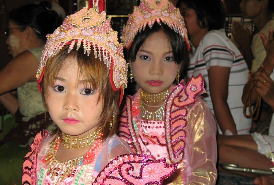 Туры в Мьянму. Девочки в национальных костюмах