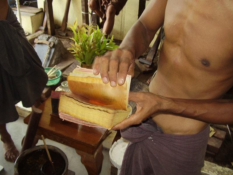 Туры в Мьянму. Мандалай. Изготовление сусального золота