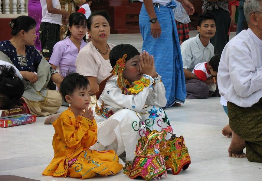 Туры в Мьянму. Молитвенники на территории пагоды Шведагон
