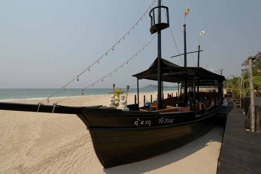 Туры в Мьянму. Нгапали. Пляжный ресторан отеля Aureum