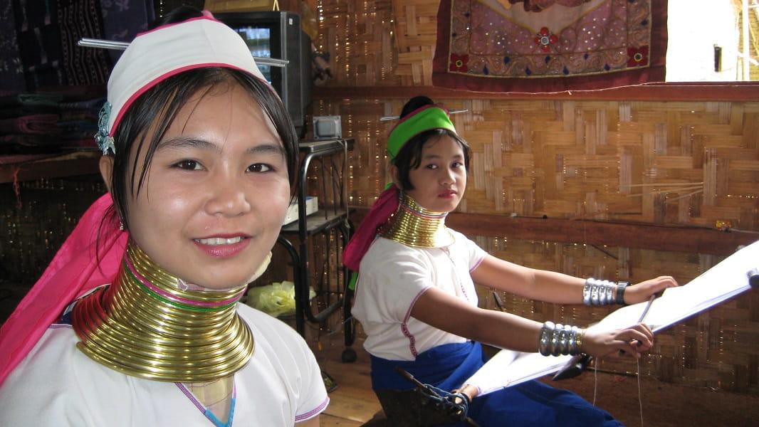 Туры в Мьянму. Озеро Инле. Женщины племени Падаунг фото