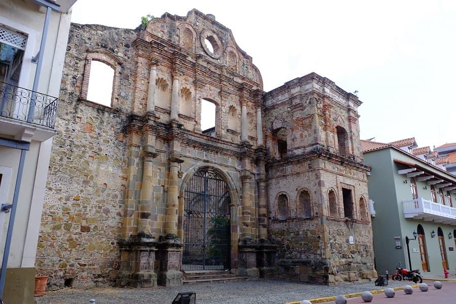 Туры в Панаму. Руины старинной церкви в центре Панама Сити