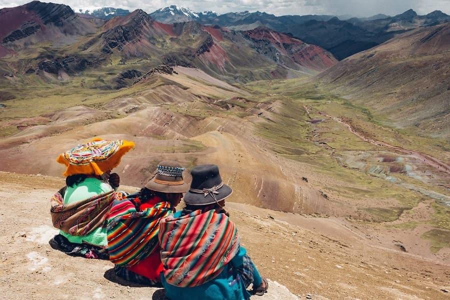 Перу жители у цветных гор