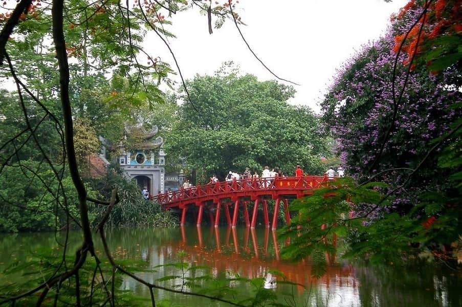 Туры во Вьетнам. Ханой. Мост на озере Возвращенного меча